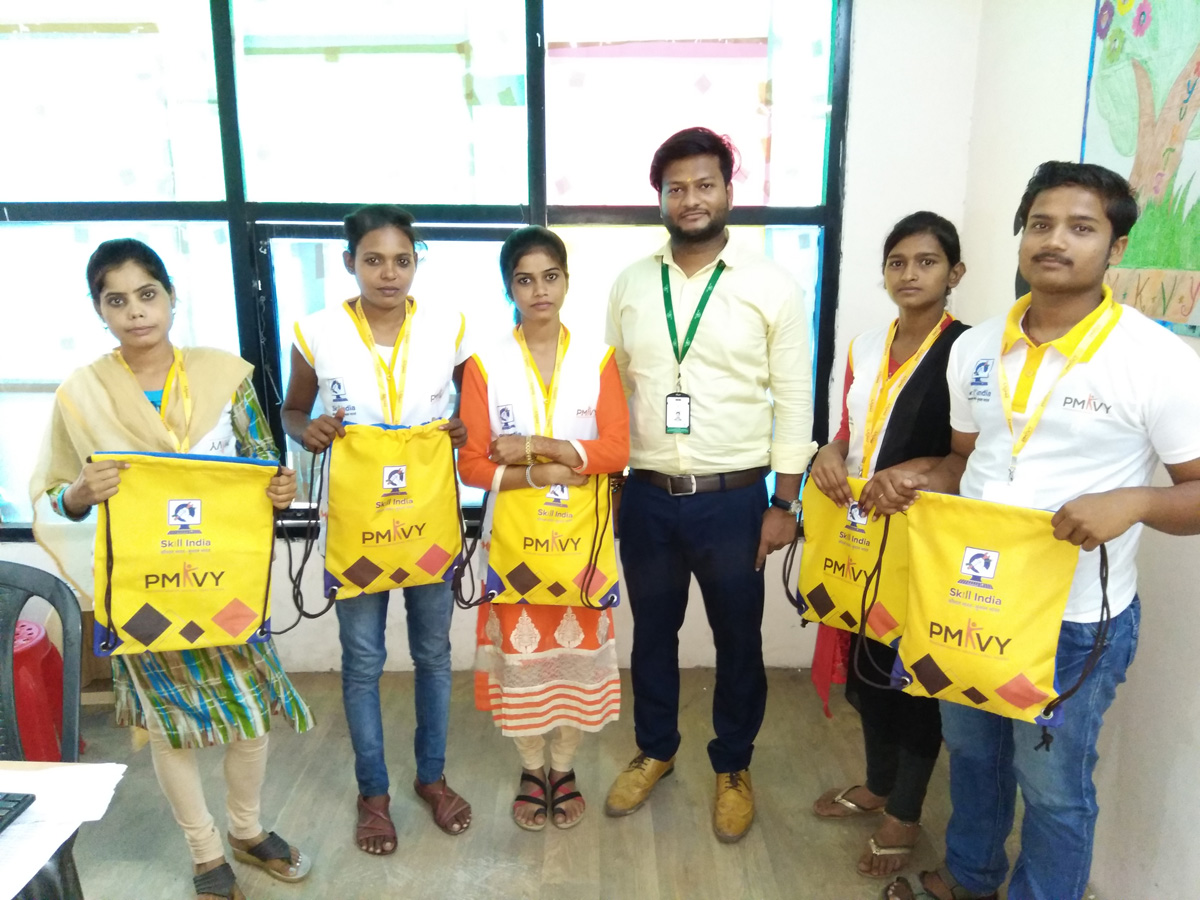 Sona  Yukti distributes PMKVY 2.0 kits to its trainees